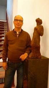 Bart van Emmerik SJ bij het beeld van Ignatius in het Ignatiushuis in Amsterdam