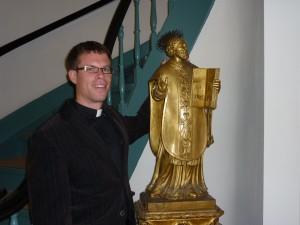 Jos Moons SJ bij een beeld van Ignatius